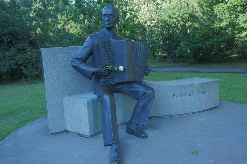 Памятник композитору Раймонду Валгре в Пярну